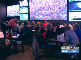Fans pack Omaha sports bars for Super Bowl 50